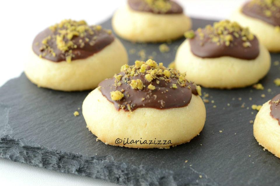 Biscotti di frolla montata con cioccolato e pistacchi