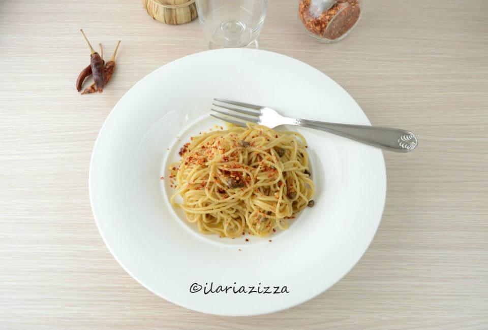 Pasta aglio, olio e peperoncino con capperi e alici