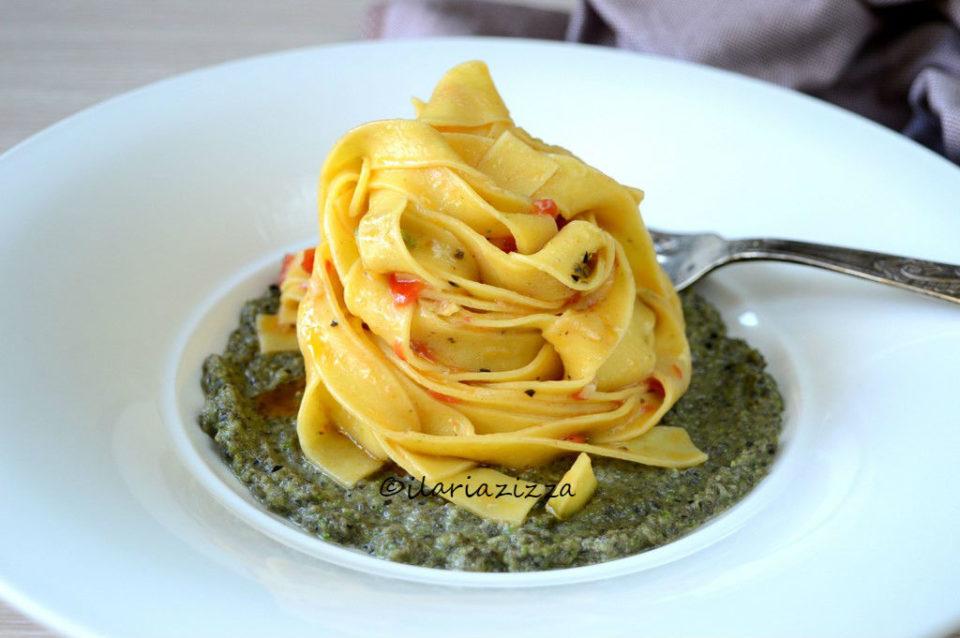 Tagliatelle saporite su crema di zucchine e olive