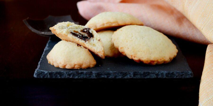 Biscotti ripieni di cioccolato e crema